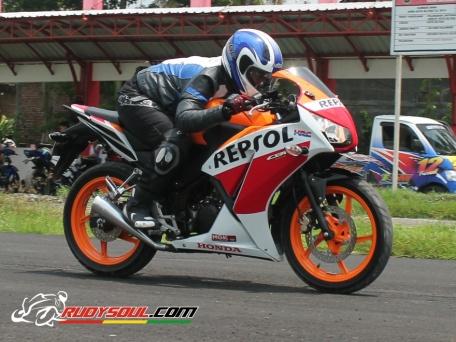 cornering CBR150R Repsol 6